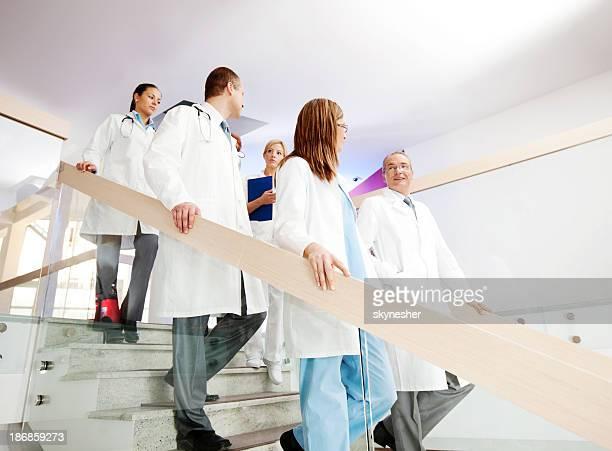 Gruppe von Ärzten, die Treppe.