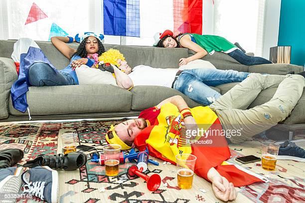 grupo de bebida adeptos em casa - pjphoto69 imagens e fotografias de stock