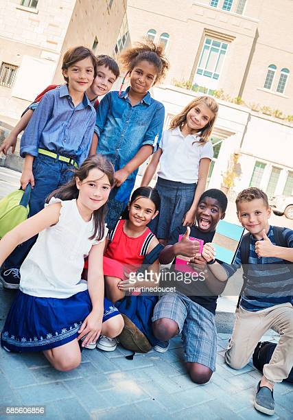"""group of elementary age kids posing in front of school. - """"martine doucet"""" or martinedoucet - fotografias e filmes do acervo"""