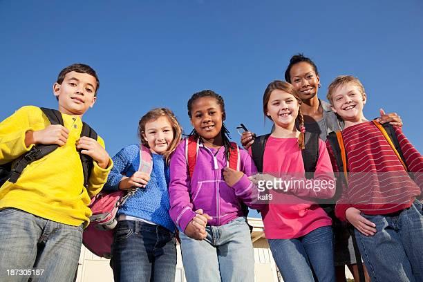 Groupe d'enfants avec professeur à l'école primaire