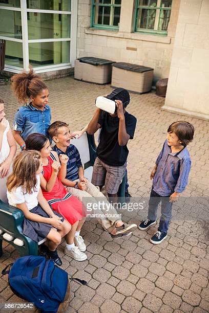 """grupo de niños de escuela primaria que experimentan gafas de realidad virtual. - """"martine doucet"""" or martinedoucet fotografías e imágenes de stock"""
