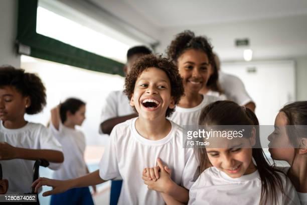 grupo de alunos do ensino fundamental se divertindo durante o intervalo - education - fotografias e filmes do acervo