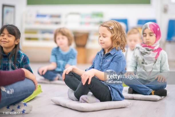 groep van elementaire studenten - mindfulness stockfoto's en -beelden