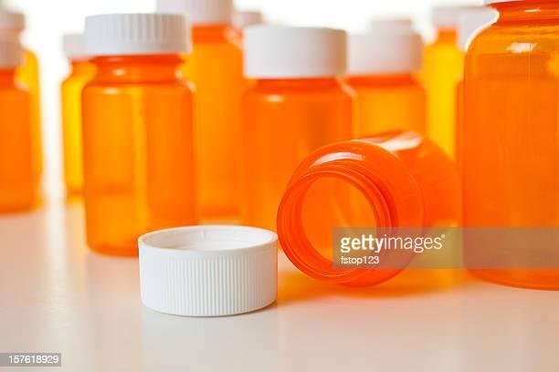 Groupe de médicaments et prescription vide orange, bouteilles avec couvercle. Blanc.