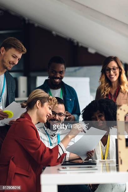 grupo de empresarios en el trabajo en oficina - responsabilidad fotografías e imágenes de stock