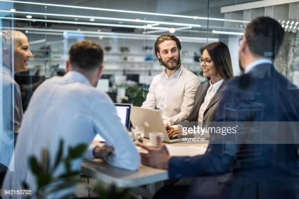 groep ondernemers met een bedrijf praat over een bijeenkomst in het kantoor. - netjes informeel stockfoto's en -beelden