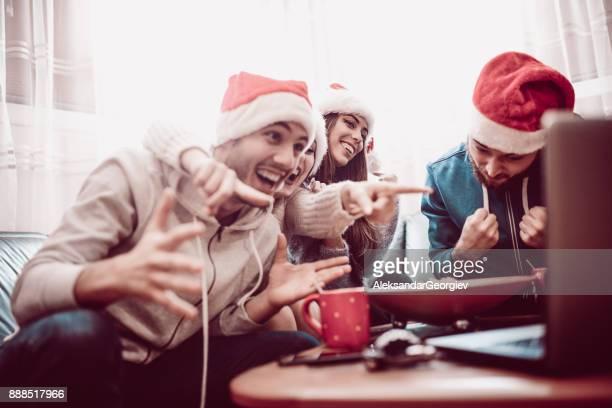 Aufgeregt Freund Gruppe heißes Getränk zu trinken und beobachten Sie interessante Fußball-Spiel für den Urlaub