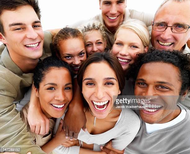 Grupo entusiasmado pessoas a sorrir