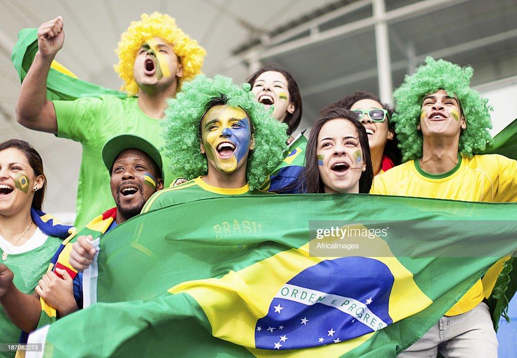 Gruppe von fans, die jubeln Brasilien in einem Fußballspiel : Stock-Foto