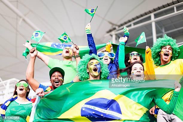 Grupo de fãs a celebrar do Brasil em um jogo de futebol