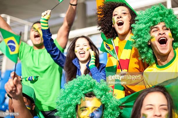 grupo de torcedores comemorando para o brasil durante uma partida de futebol. - evento de futebol internacional - fotografias e filmes do acervo