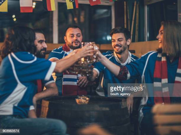 トーストを食べているファンのグループ