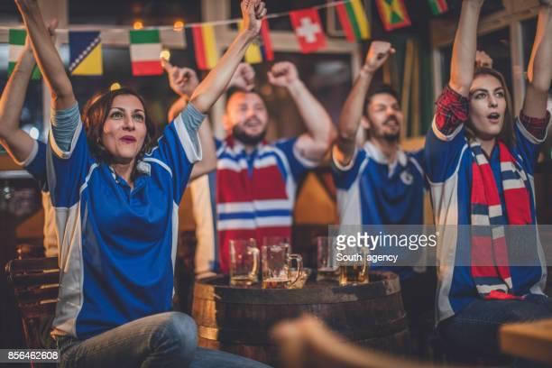 gruppo di tifosi che guardano il loro club - club football foto e immagini stock