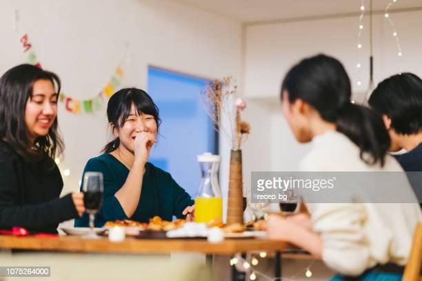自宅でクリスマス パーティーを楽しんでいる女友達のグループ - 食卓 ストックフォトと画像