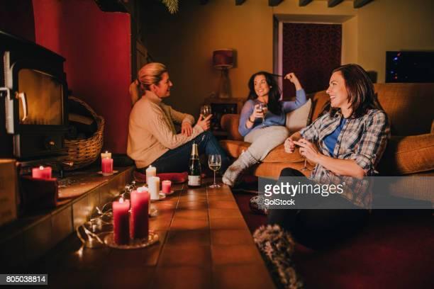Grupo de amigas relajantes en casa
