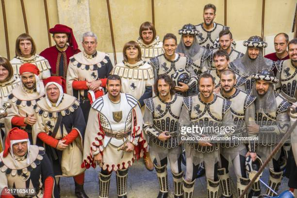 group of figures before the historical procession of giostra del saracino - sportturnier runde stock-fotos und bilder