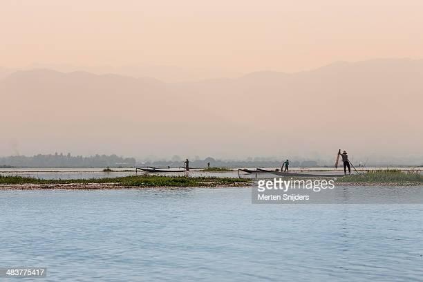 group of fishermen on inle lake - merten snijders - fotografias e filmes do acervo