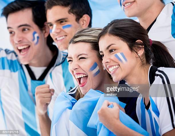 grupo de los aficionados al fútbol - argentina fotografías e imágenes de stock