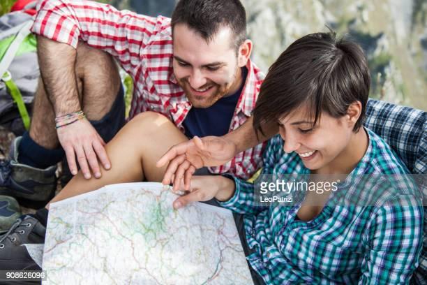 Gruppe von vier Freunden einen Tag Wandern in den Bergen in einem schönen sonnigen Frühlingstag