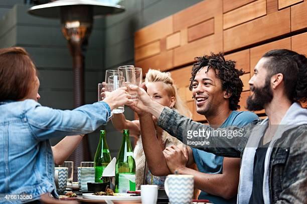 group of friend eating outdoors - food and drink stockfoto's en -beelden