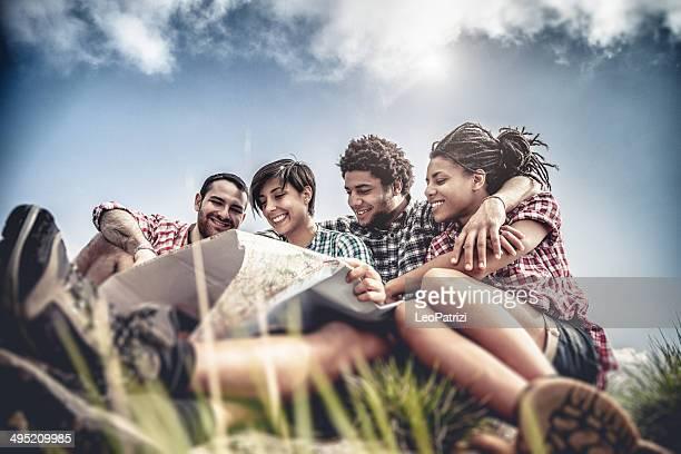 Gruppe von Freunden in die Berge der Suche auf der Karte