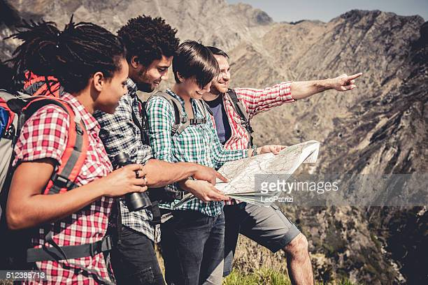 Gruppe von Freunden in mountaing Suche auf der Karte