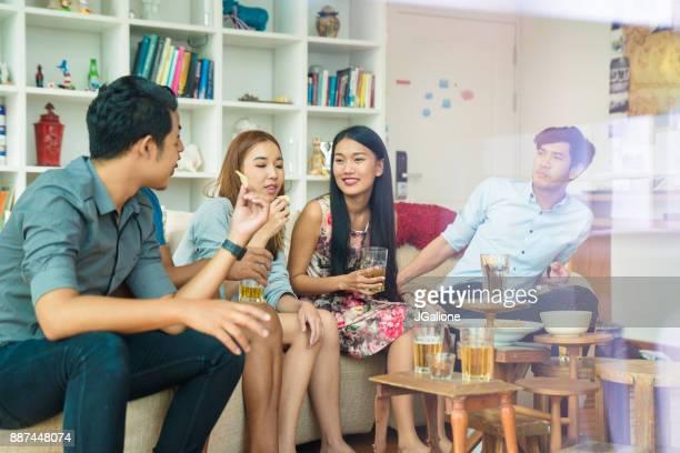 楽しいパーティーで友人のグループ
