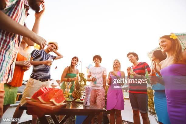 groupe d'amis à une soirée - fruit exotique photos et images de collection