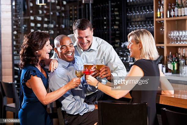 Groupe d'amis au bar