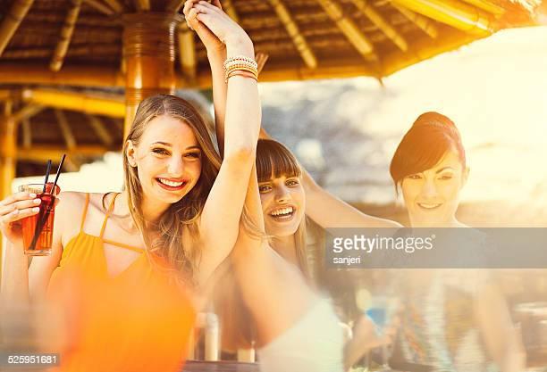 Groupe d'amis à la fête de plage