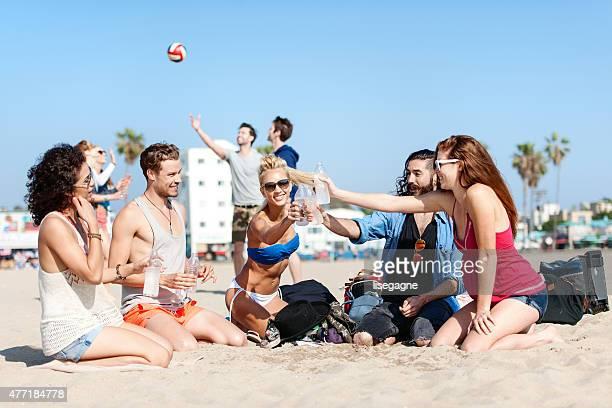Gruppe von Freunden in Venice Beach Trinkwasser