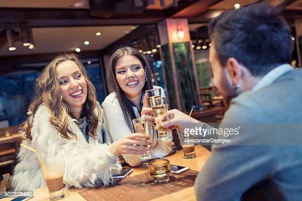 Groupe d'amis en hommage au Restaurant et un toast à la Vodka