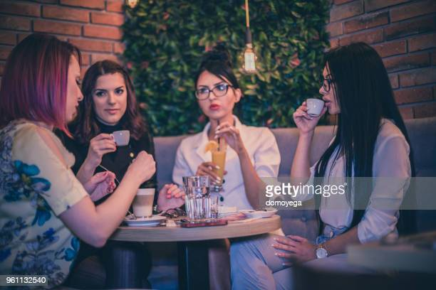 コーヒー ・ バーで祝うと楽しい友人のグループ