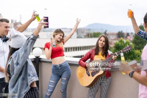 grupo de amigos celebrando no terraço - patio de colegio - fotografias e filmes do acervo
