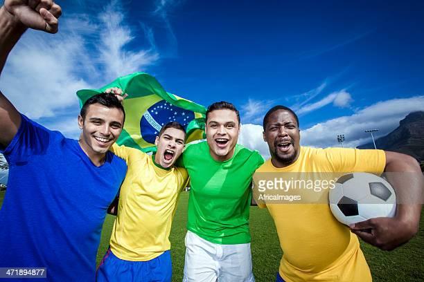 Grupo de amigos a torcer pela equipa de futebol do Brasil