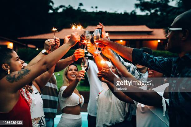 group of friends clebrating new year´s day - 25 29 years stock pictures, royalty-free photos & images