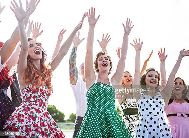 Gruppe von Freunden, Tanzen im Freien