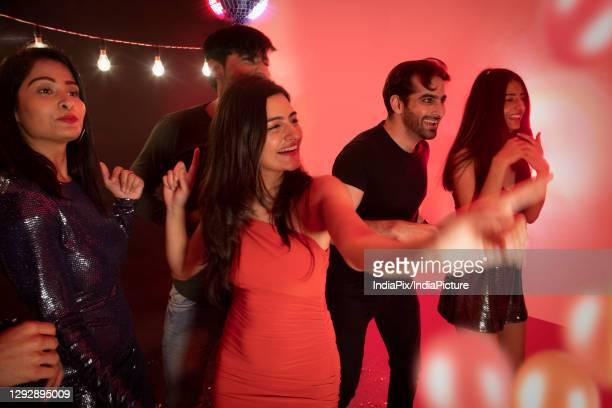group of friends dancing together on new year's eve. - 20 29 years stockfoto's en -beelden