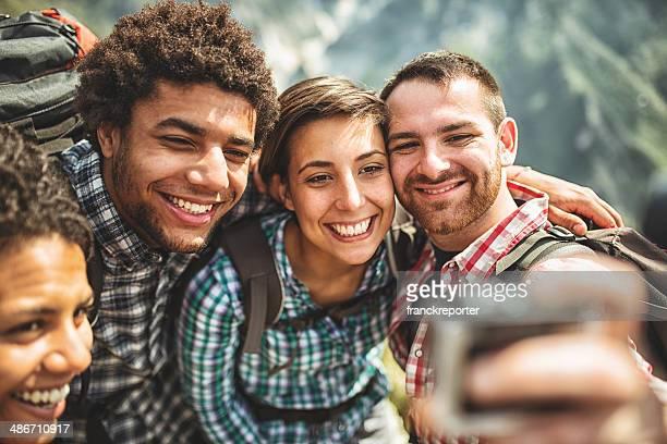 Groupe d'amis faire la chass'aux selfies