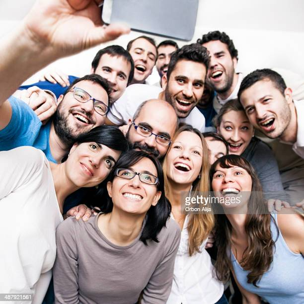 Groupe d'amis faire la chasse aux selfies