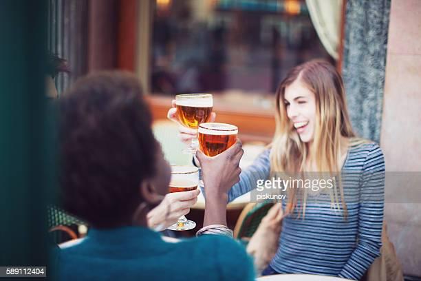 Groupe de amis, boire de la bière