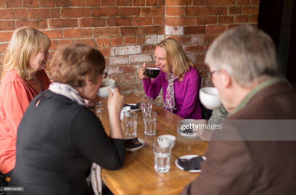 Eine Gruppe von Freunden in einer Bar Kaffee trinken : Stock-Foto