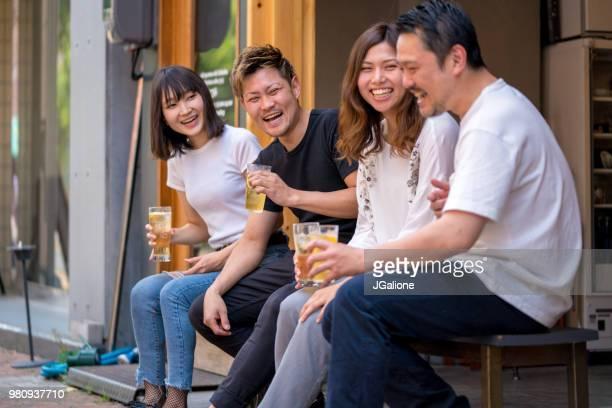 一緒に飲む友人のグループ - 乾杯 ストックフォトと画像
