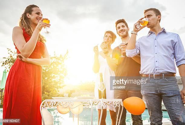 Gruppe von Freunden Wein in fröhlich moment