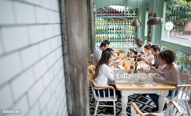 Groupe d'amis se restaurer dans un restaurant