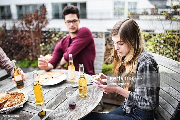 Grupo de amigos comiendo en la cocina y preparar comida