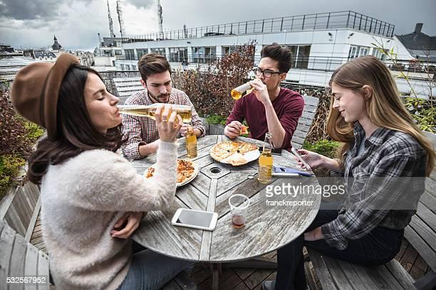 Groupe de vos amis manger dans la cuisine et de préparer la nourriture