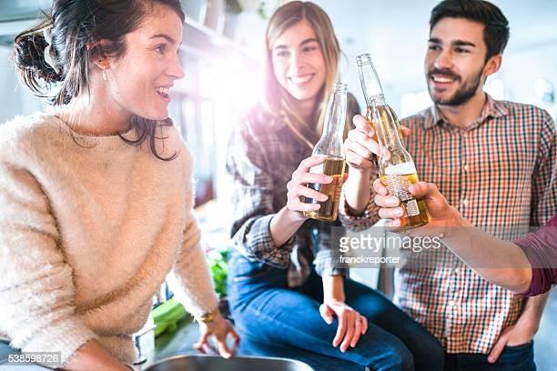 Eine Gruppe von Freunden Essen in der Küche für die Partei
