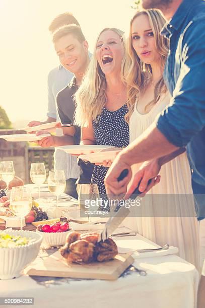 団体様のご友人とご一緒に屋外のお食事をご提供。