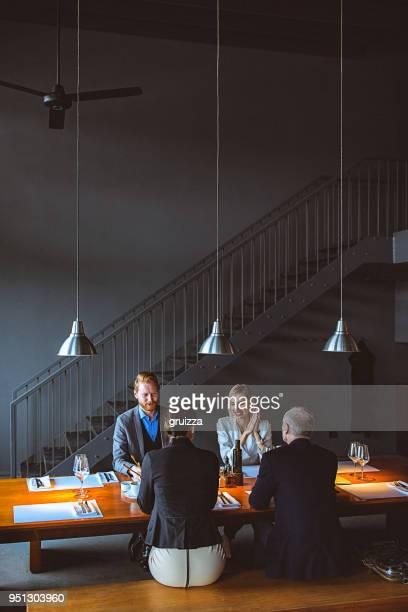 gruppe von freunden genießen sie im chat während der mittagspause in einem edlen restaurant - hoch position stock-fotos und bilder